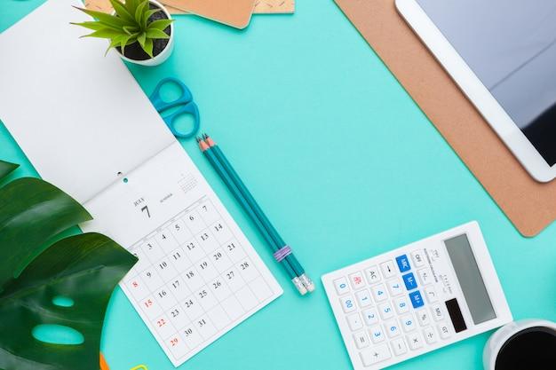 Вид сверху плоская планировка рабочего стола в стиле дизайнерских канцелярских принадлежностей с календарем