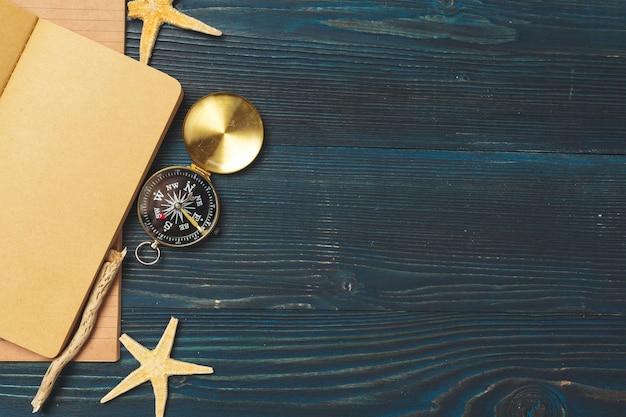 木製テーブルの上のアイテムを旅行します。