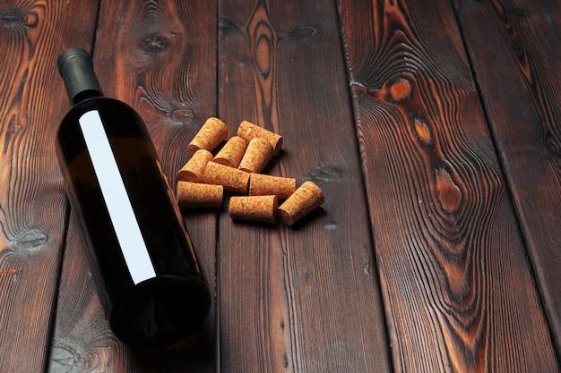 Винные бутылки на деревянной поверхности с пробками