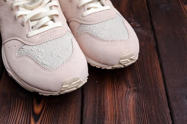 Кроссовки на старой ретро деревянной поверхности