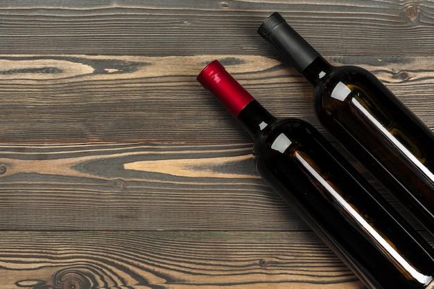 木製の背景にワインのボトルをクローズアップ