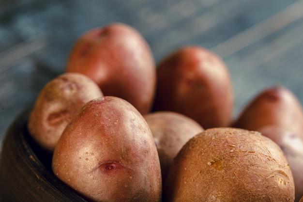 木の上の新鮮なジャガイモ