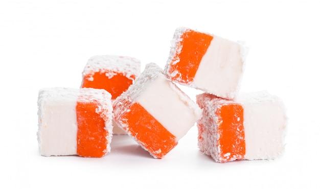 白で隔離されるおいしいトルコ菓子