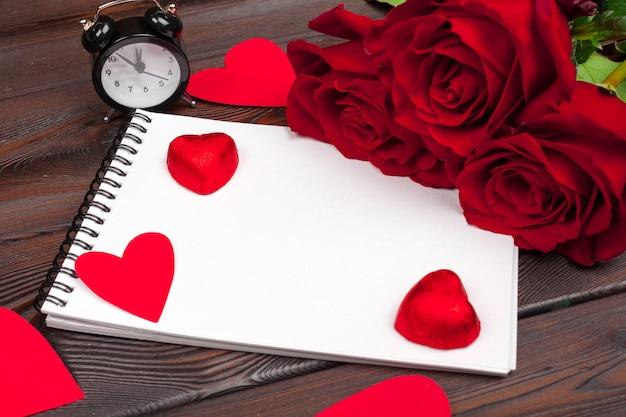 バレンタインデーの空の空白のノートブック
