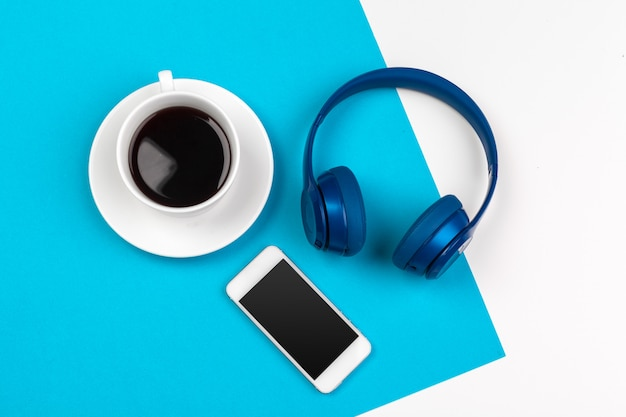 青と白の色の背景に青のヘッドフォン