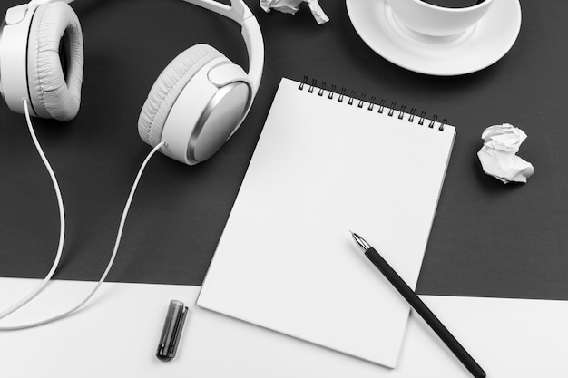 スタイリッシュなヘッドフォン、フラットレイアウトと黒と白の組成