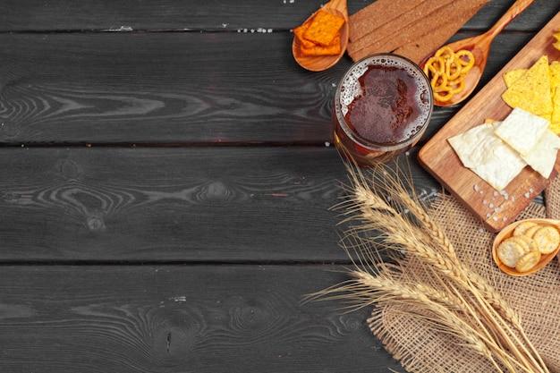 ラガービールと木製のテーブルのスナック。