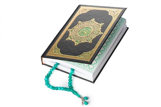 イスラムの本聖クルアーンと背景のビーズ