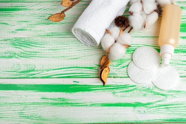 スパのコンセプト。綿の枝、綿パッドとフラットレイアウトの背景。コットン化粧品メイク