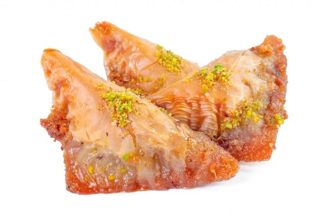 Турецкий десерт рамадан пахлава, изолированные на белом