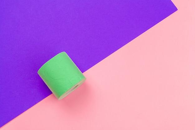 Зеленый рулон туалетной бумаги на фоне вид сверху яркий цвет блока