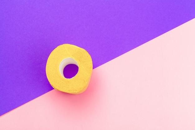 Желтый рулон туалетной бумаги на фоне вид сверху яркий цвет блока