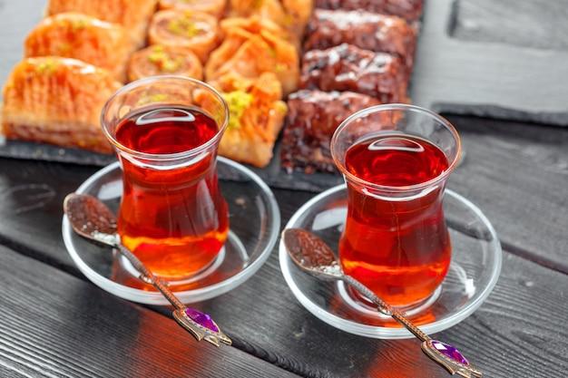伝統的なガラスのトルコ茶