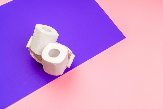 Белые рулоны туалетной бумаги