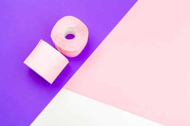 Пастельно-розовая туалетная бумага