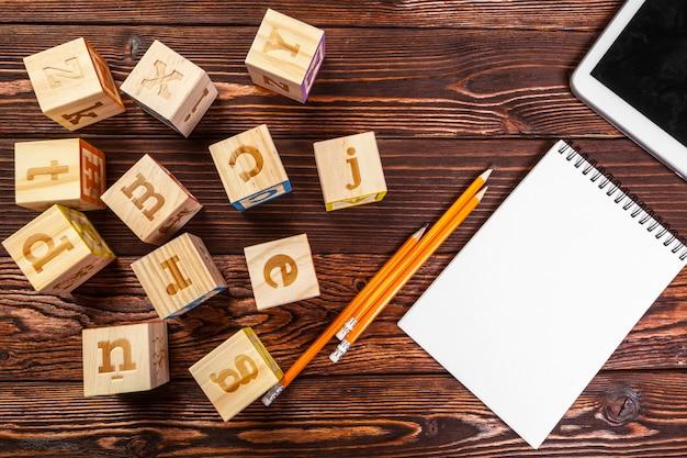 Алфавит с бумажной записной книжкой