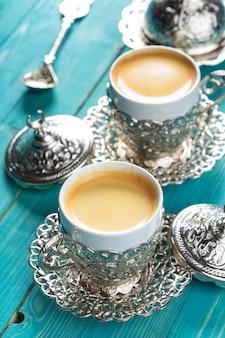 テーブルの上のトルココーヒーのカップ
