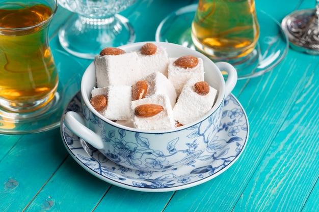 Различные кусочки лукум и черный чай