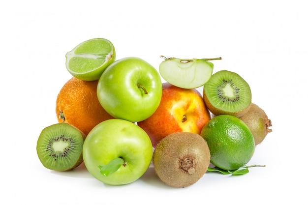 白で隔離のエキゾチックなフルーツの品揃え