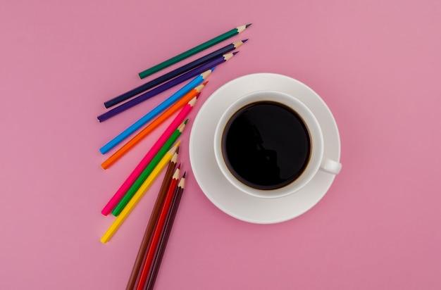 明るいピンクの背景に鉛筆クレヨン。アートコンセプト