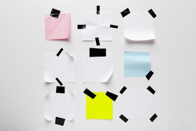 Белый разорвал записку, блокнот застрял с черной клейкой лентой на белом фоне