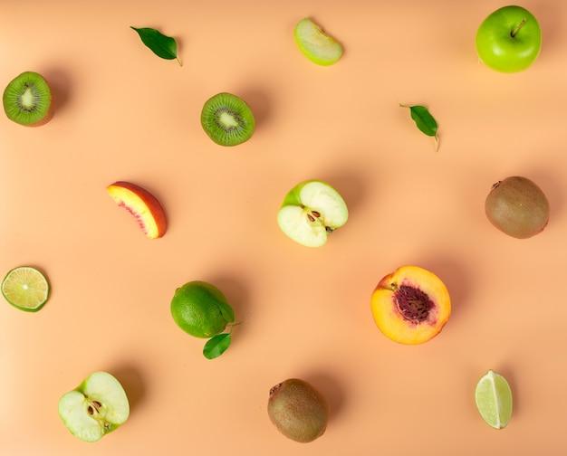 食感。新鮮な様々な果物のシームレスなパターン。