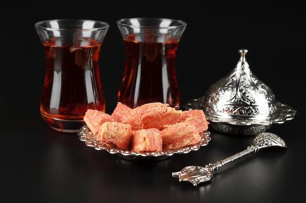 ターキッシュデライトロクムと紅茶の入ったボウル