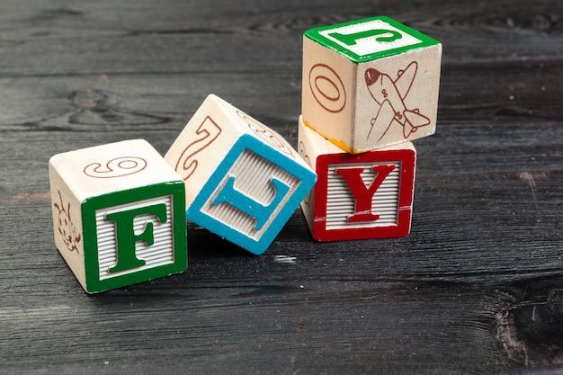 Муха напечатана на трех деревянных кубиках. транспортная концепция