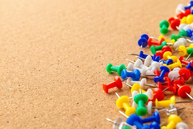 Группа красочные кнопки на пробковой доске объявлений