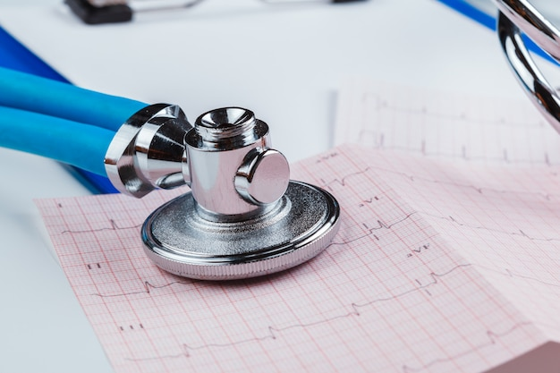 心電図シートの聴診器