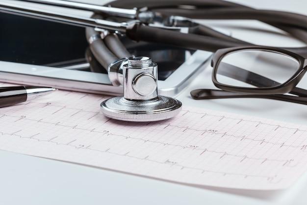 Стетоскоп на листе кардиограммы