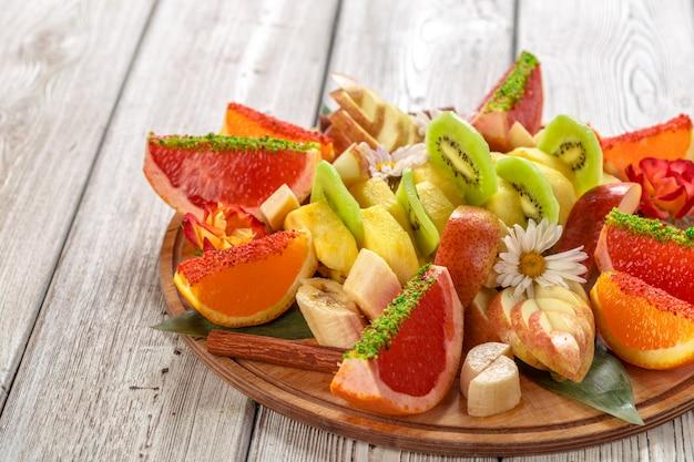 木製テーブルの上の皿に新鮮な果物