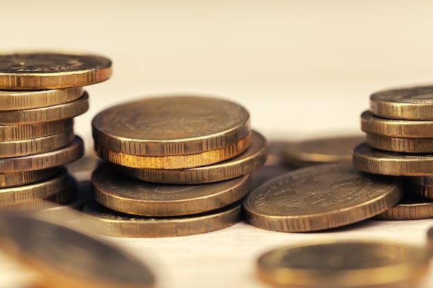 Груды монет на рабочем столе