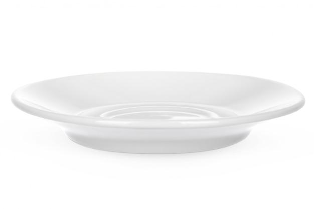 Пустая керамическая тарелка на белом фоне