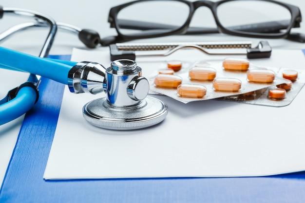 聴診器で医師デスクテーブル