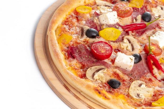 イタリアのファーストフード。おいしいホットピザをスライスし、分離された木製の大皿で提供