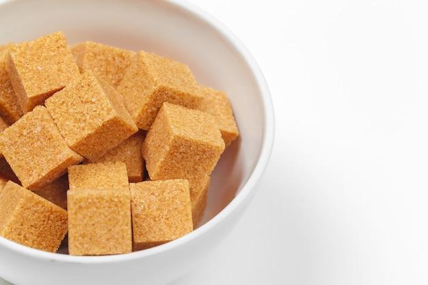 分離された茶色の砂糖キューブ