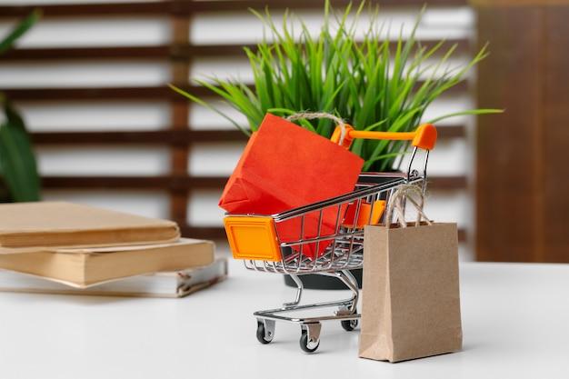 紙袋の小さなショッピングカート