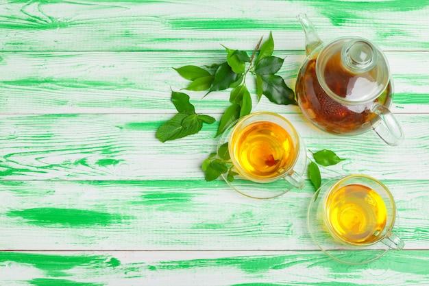 緑の木製の背景に黒茶