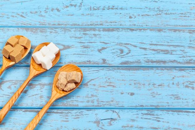 スプーンのさまざまな種類の砂糖をクローズアップ