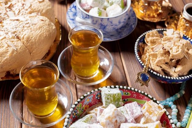 テーブルの上のお茶とおいしいハルヴァ