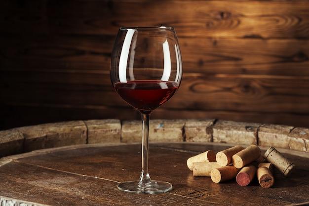 Бокал вина на деревянном столе