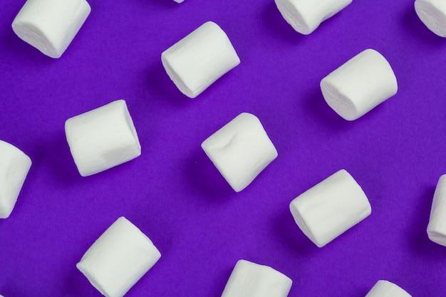 マシュマロはすみれ色の紙の上にレイアウトされています。