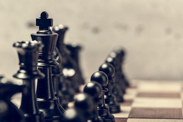 ぼかしのボード上のチェスの駒