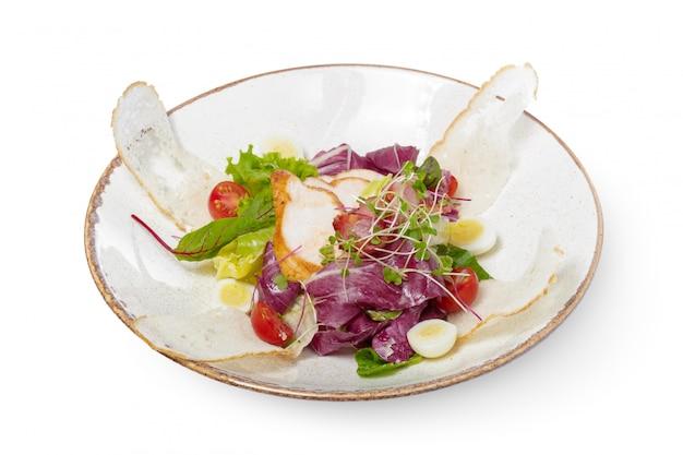 Салат с курицей на белой тарелке