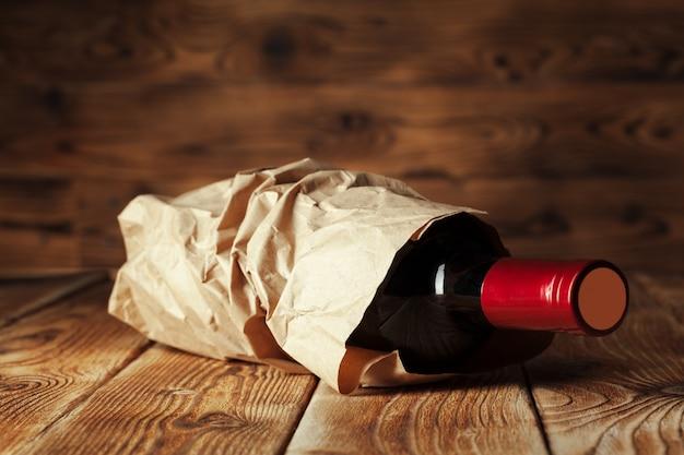 木製のテーブルの上のワインのボトル