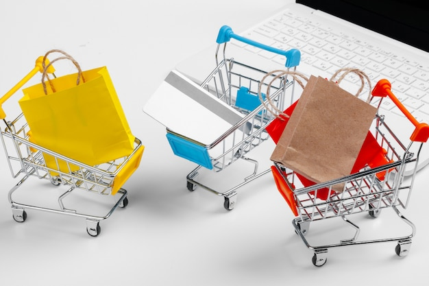 Интернет-магазин концепции. корзина, ноутбук на столе