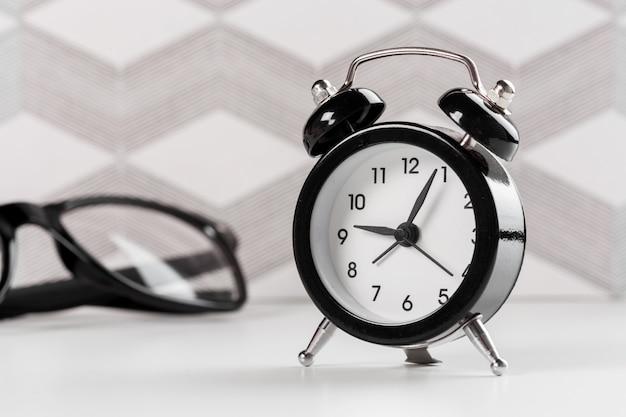 テーブルの上のレトロな目覚まし時計とヴィンテージ