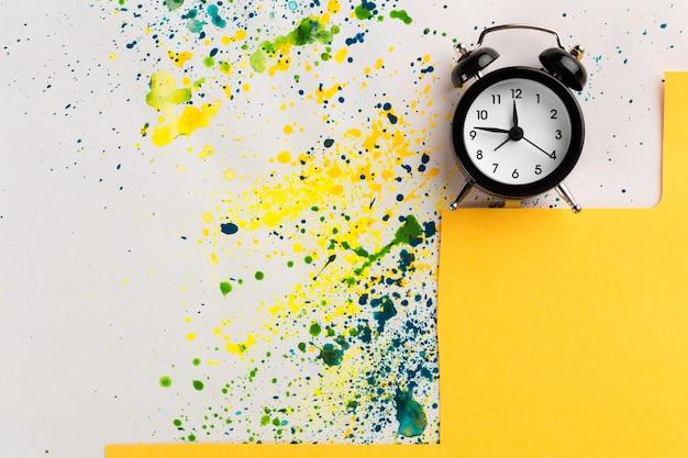 ビンテージの目覚まし時計で、塗料を振りかける