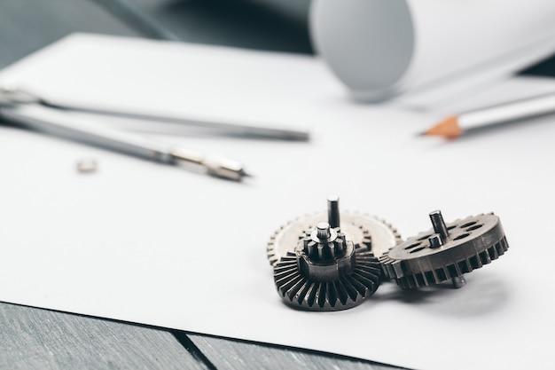 職場のエンジニアリング用品と青写真をクローズアップ